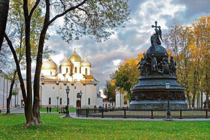 В Великом Новгороде огромное количество красивых древних мест, на фоне которых можно провести свадьбу.