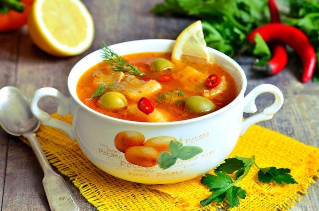 В зависимости от основного компонента можно готовить мясные, грибные, рыбные солянки, нередко их делают из капусты наподобие щей