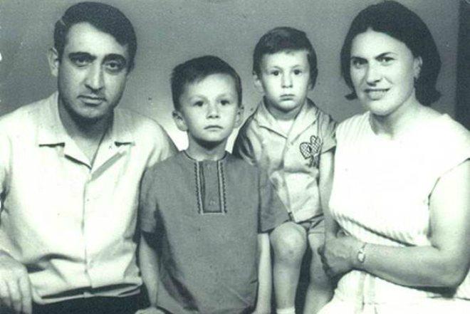 Валерий Меладзе с братом и родителями в детстве