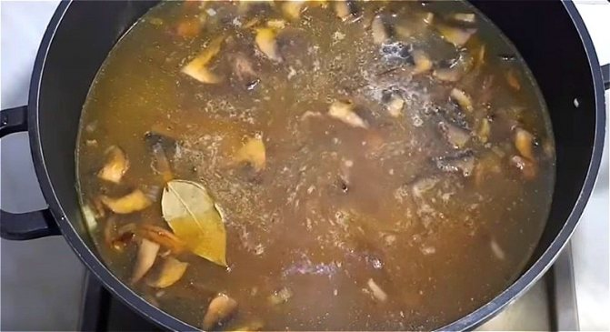 варим грибной суп из свежих грибов с перловкой