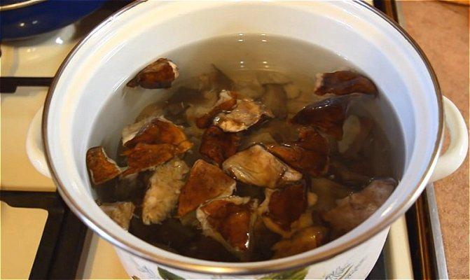 варим первый раз грибы, затем промываем