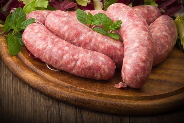 Вместо пищевой пленки некоторые хозяйки используют бычьи кишки, которые можно купить на рынке или в магазинах
