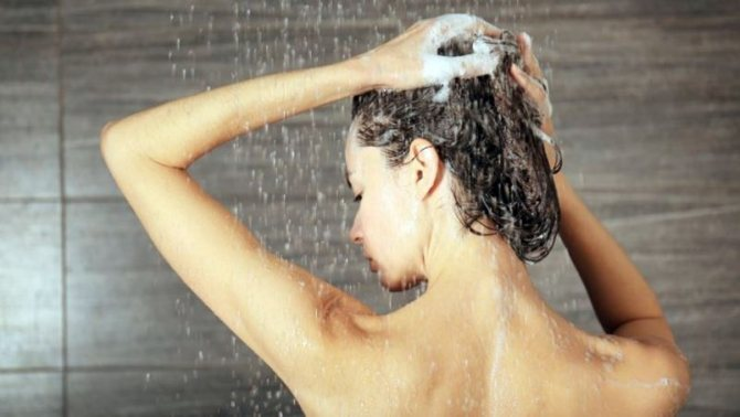 Во время мытья волос