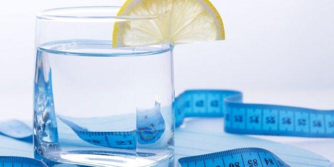 Вода, сантиметр и лимон