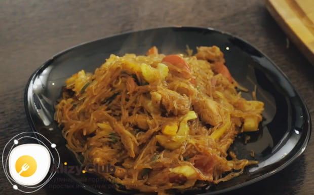 Вот такой простой и вкусный рецепт лапши вок с курицей, свининой и овощами.