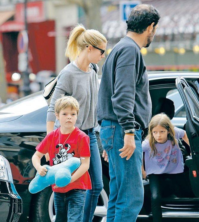Вся семья в сборе: с мужем, рок-музыкантом Крисом Мартином, сыном Моузесом и дочкой Эппл.