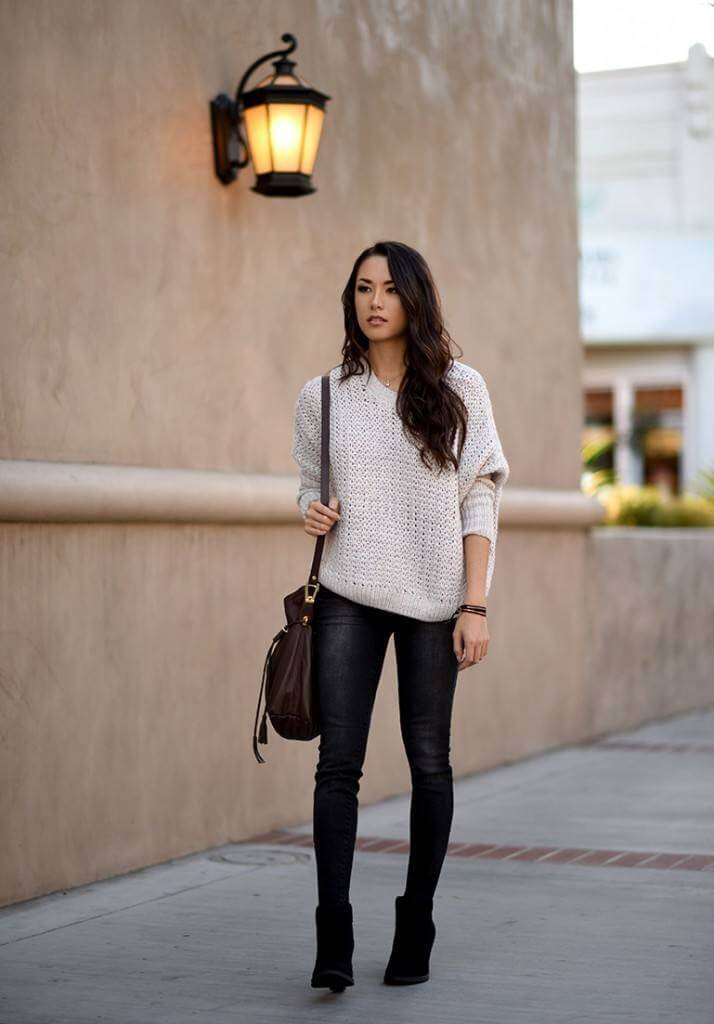 вязанный свитер с черными джинсами