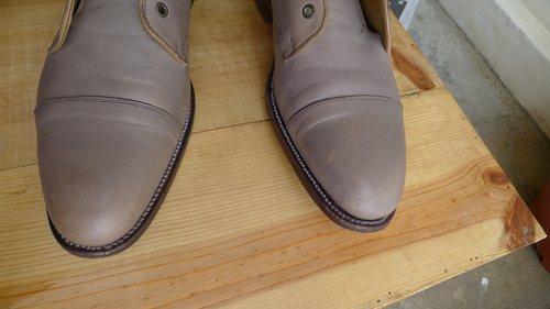 Выцветшая кожа на носке обуви