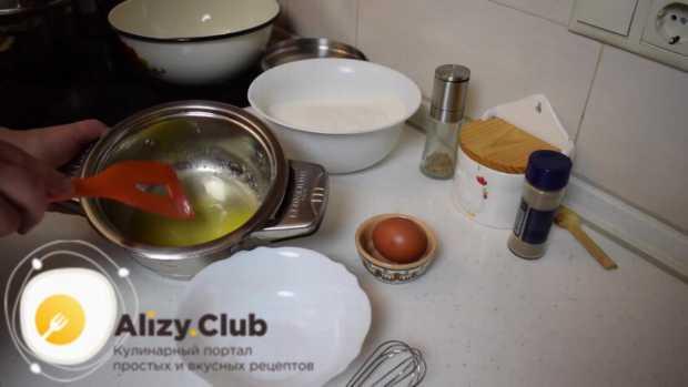 Выкладываем 100 г сливочного масла в миску с толстым дном