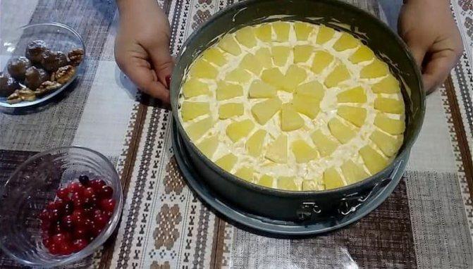 выкладываем ананасы