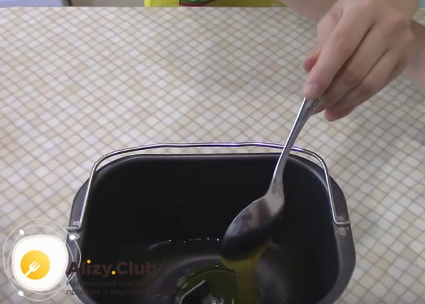 Выкладываем столовую ложку меда.