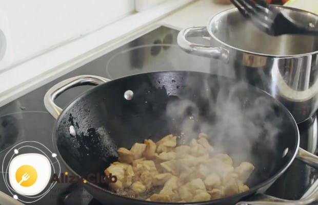 Выкладываем свинину в сковороду и обжариваем.