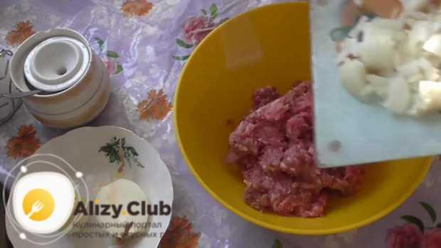 Высыпаем измельченный лук в миску с перекрученным мясом