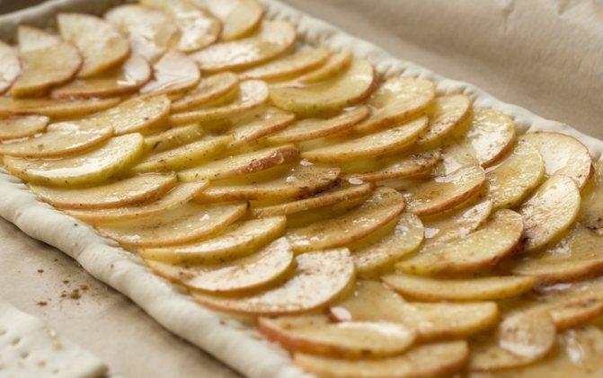 Яблочный пирог с корицей на слоеном тесте