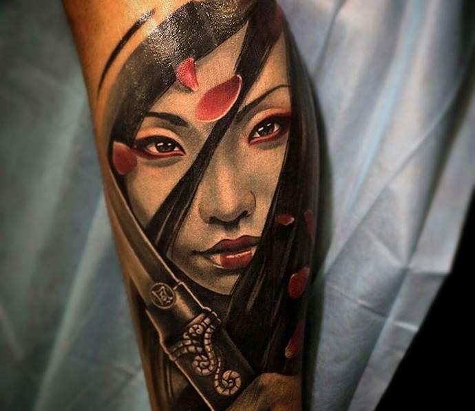японская девушка с катаной