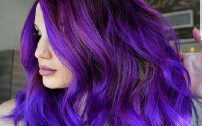 Яркий фиолетовый тон на пышной шевелюре