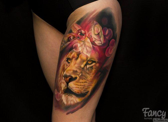 яркий лев на бедре