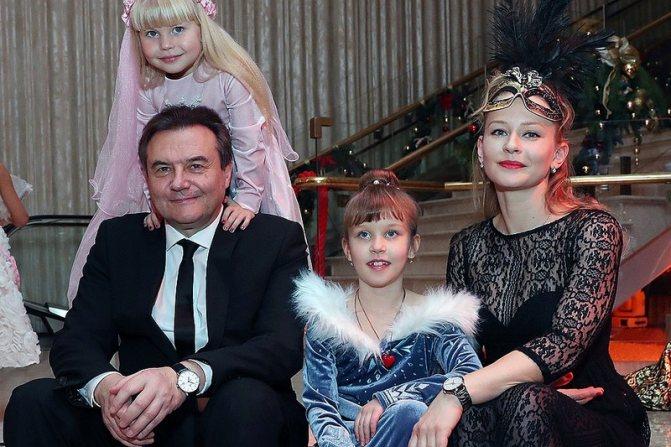 Юлия Пересильд и Алексей Учитель с детьми
