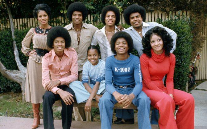 Юные Джексоны в 1977 году. Майкл - в переднем ряду, слева.