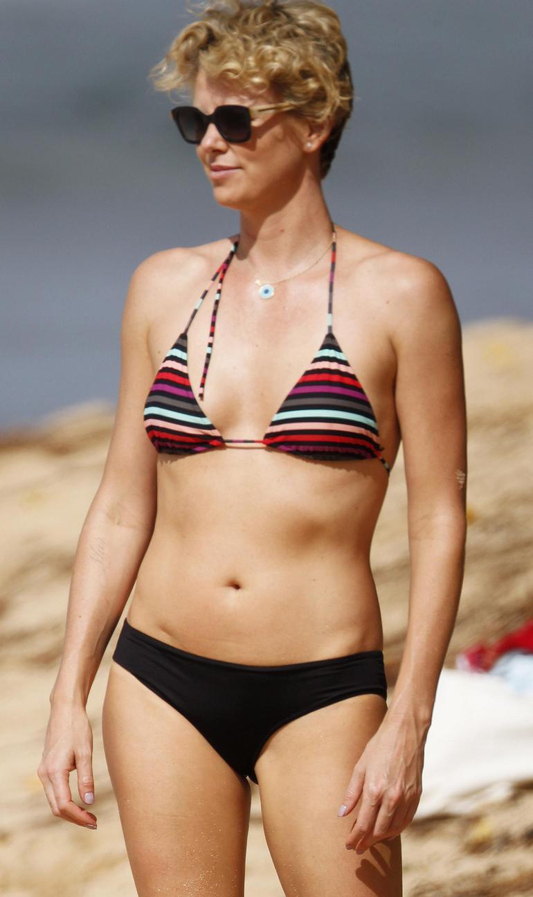 Загорелая блондинка в бикини на пляже