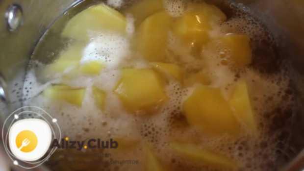 Заливаем измельченный картофель водой так, чтобы она покрывала его полностью