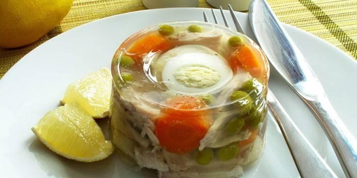 Заливное из рыбы с овощами и вареным яйцом
