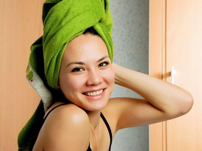 Замотав волосы в целлофан и полотенце, вы сможете избежать грязных и выпачканных в масло подушек