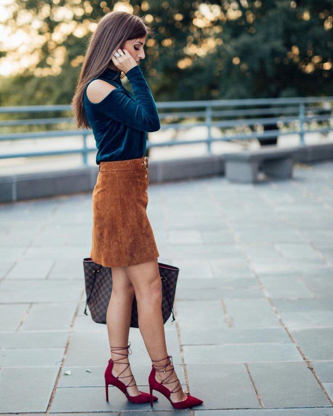 Замшевая юбка, синяя кофта, малиновые туфли