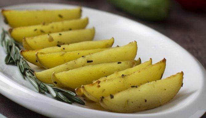 Запечённая картошка с розмарином и чесноком фото