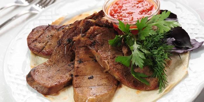 Запеченный в духовке говяжий язык с соусом и зеленью