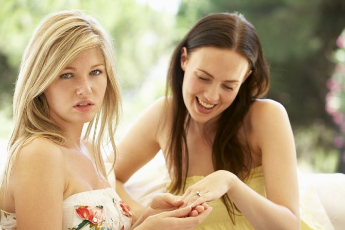Завистливая подруга. Как узнать, что она завидует и что делать?