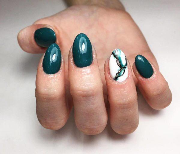 Зеленый мраморный маникюр