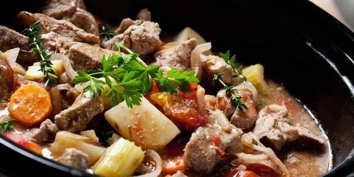Жаркое из куриных желудков, помидор и картофеля