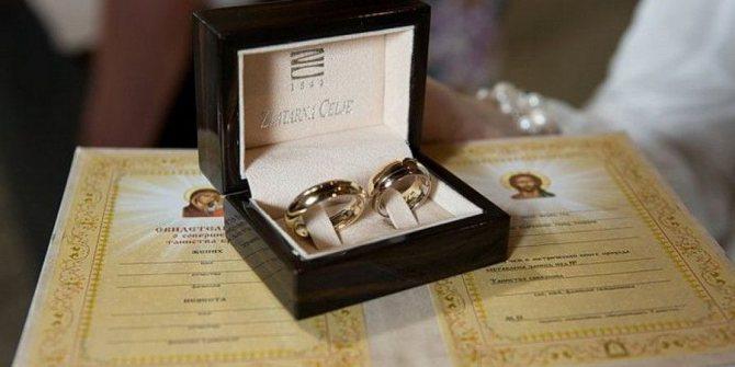 Жених и невеста могут надеть свои обручальные кольца на такой обряд