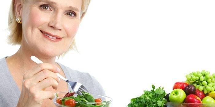 Женщина держит в руках тарелку с салатом