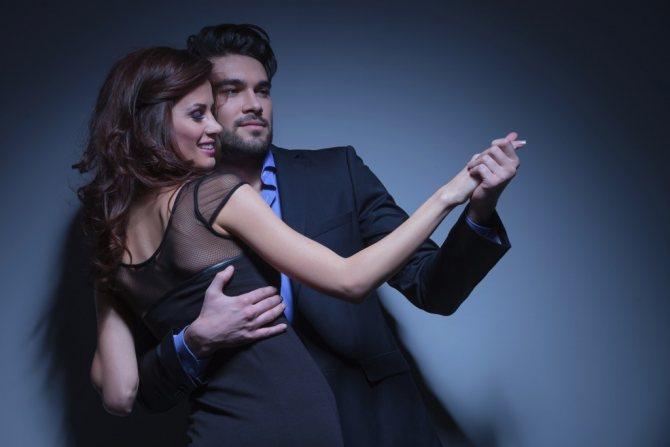 Женщина и мужчина танцуют