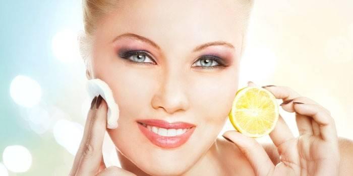 Женщина протирает лицо соком лимона