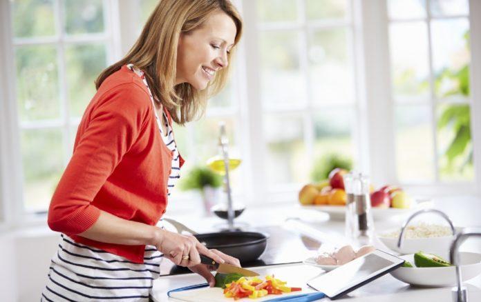 Женщина старше 40 лет готовит полезную еду