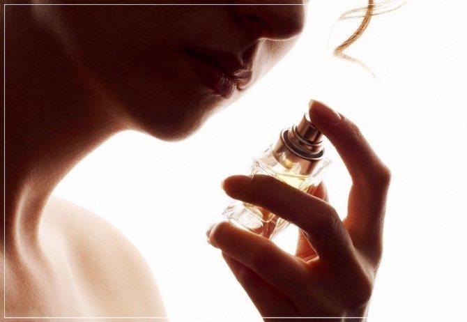 женщина выбирает парфюм
