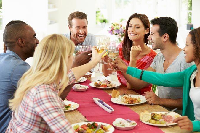 Женщина за 40 может познакомиться с будущим мужем в гостях у общих друзей.