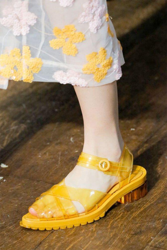 Женские туфли 2018 с пластиковыми элементами