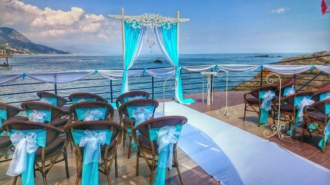 Живописные пейзажи Крыма как будто созданы для проведения самых красивых свадеб.