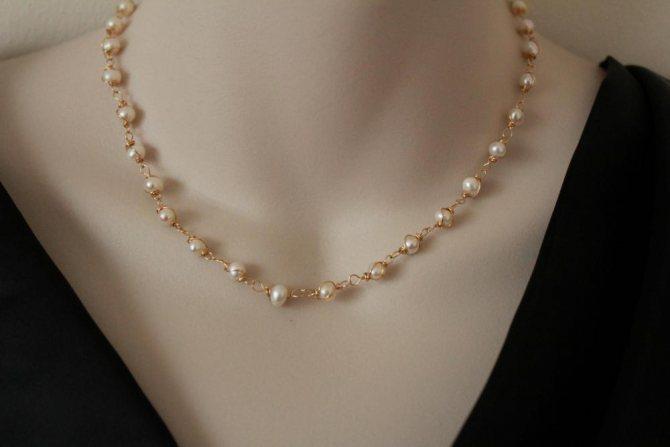 золотое ожерелье с жемчугом по всей длине